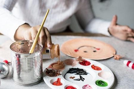 Ein Künstler, der auf der Suche nach einem Kredit für Künstler ist, beim Malen