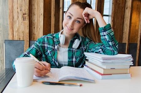 Schülerin, die einen Kredit für Schüler benötigt, beim Lernen