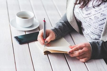 Berufseinsteigerin auf der Suche nach einem günstigen Kredit trotz Probezeit