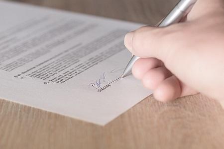 Mieter unterschreibt Mietvertrag und verpflichtet sich zur Zahlung einer Mietkaution, die er über einen Mietaval abdecken möchte