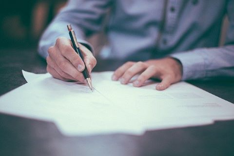 Bürge beim Unterschreiben einer Ausfallbürgschaft