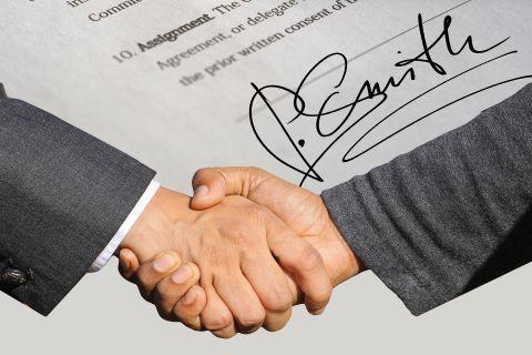 Handshake nach Unterzeichnung einer Bürgschaft