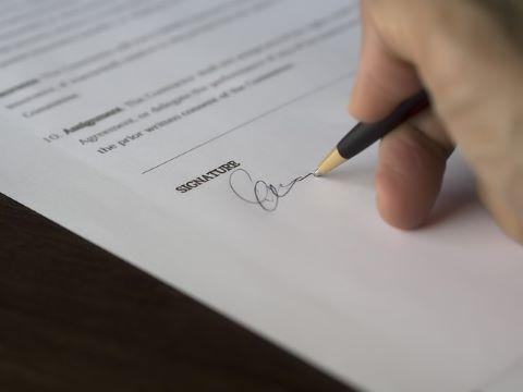 Schriftliche Erteilung einer Bürgschaftserklärung: Bürge unterschreibt Bürgschaftsvertrag
