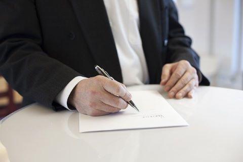 Elternbürgschaft: Unterzeichnung einer Elternbürgschaft durch den Vater