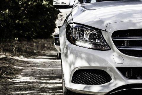 Schönes weißes Auto, das mit einem Kfz Kredit erworben wurde