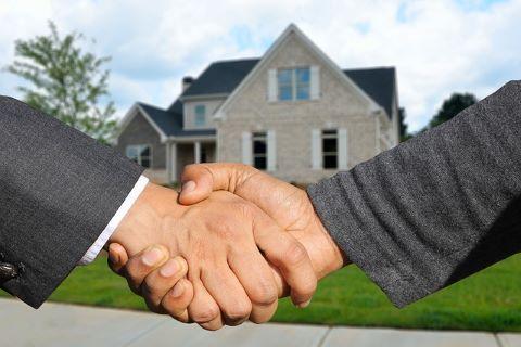 Immobilienbesitzer und Kreditgeber einigen sich per Handshake auf den Abschluss eines Eigentümerdarlehens