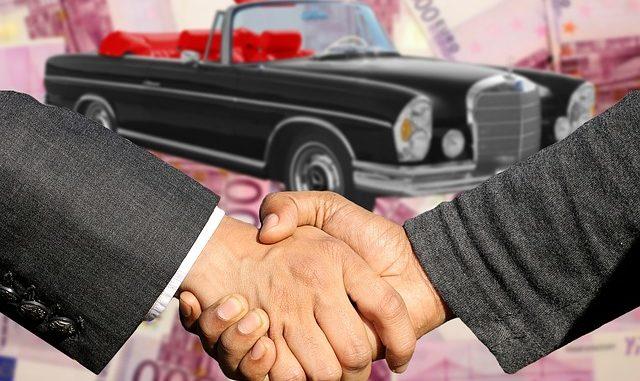 Autobank und Autokäufer einigen sich per Handshake auf eine Autofinanzierung trotz SCHUFA