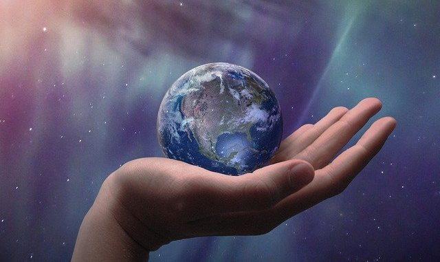 Hand, die die Weltkugel schützend hält: Die BANK IM BISTUM ESSEN eG steht für eine Unternehmenspolitik, die ökonomische, ökologische und soziale Ziele miteinander vereint.