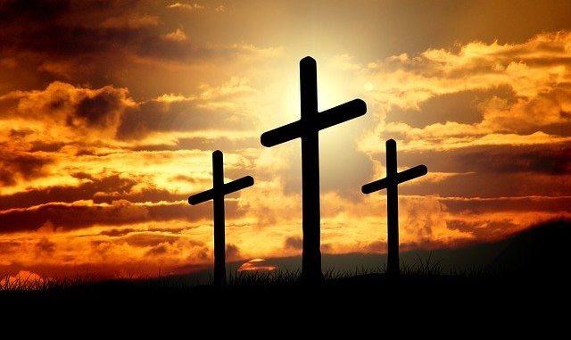 Drei Kreuze bei Sonnenaufgang: Die DKM Darlehnskasse Münster eG ist eine katholische Spezialbank, die für kirchliche Einrichtungen und deren Mitglieder*innen da ist