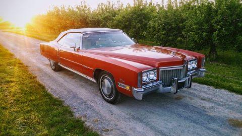 Roter Cadillac, der mit Hilfe einer günstigen Gebrauchtwagen-Finanzierung per Gebrauchtwagenkredit gekauft worden ist