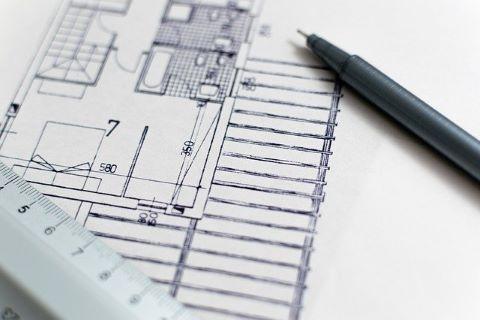 Blaupause eines Architekten und Stift: ohne Gewährleistungseinbehalt nach VOB werden im Baugewerbe keine großen Projekte abgeschlossen
