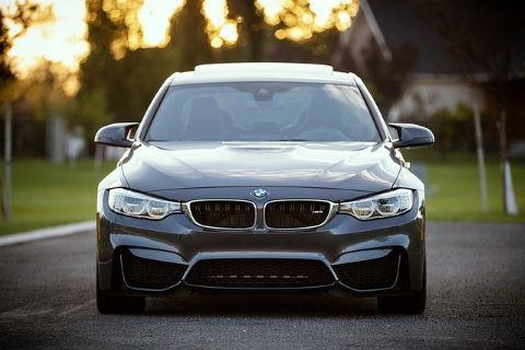 Parkender BMW, der mit Hilfe einer günstigen Jahreswagen-Finanzierung erworben wurde