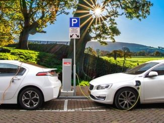 Elektroautos, die an einer Ladestation aufgeladen werden. Sie wurden mit Hilfe eines Kredits über das KfW Umweltprogramm (240-241) günstig finanziert.