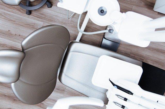 Stuhl in einer modernen Zahnarztpraxis: Teure Zahnbehandlungen sind oft nur mit einem Kredit für Zahnimplantate zu finanzieren!