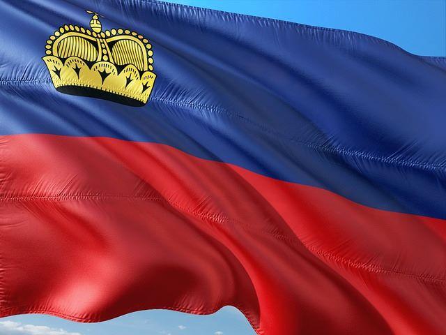 Die Fahne von Liechtenstein im Wind: Viele Deutsche beantragen bei der SIGMA KREDITBANK AG einen Liechtensteiner Kredit ohne SCHUFA
