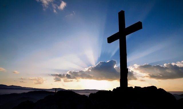 Kreuz auf einem Hügel: Die LIGA Bank eG orientiert sich an christlichen Werten und ist Deutschlands erste Kirchenbank