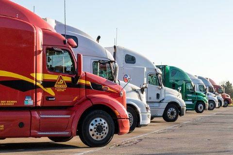 Lastkraftwagen, die durch günstige LKW Finanzierung finanziert wurden