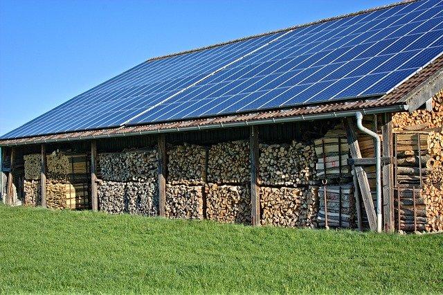 Photovoltaik-Anlage auf dem Dach einer Holzscheune: finanziert mit dem ÖkoKredit der EthikBank