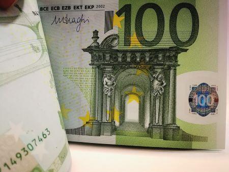 Mehrere 100-Euro-Banknoten, die über einen Pfandkredit aufgenommen wurden