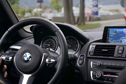 PKW Fahrer in einem BMW, der mit Hilfe einer günstigen PKW Finanzierung bzw. mittels PKW Kredit finanziert wurde