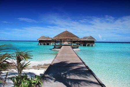 Schöne Bungalows im Meer: Malediven-Traumurlaub mit günstigem Urlaubskredit finanzieren