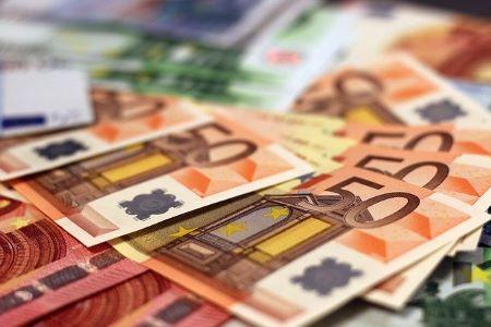 Verschiedene Euro-Banknoten: Für Konsum muss hin und wieder ein günstiger Kredit zur freien Verwendung aufgenommen werden.