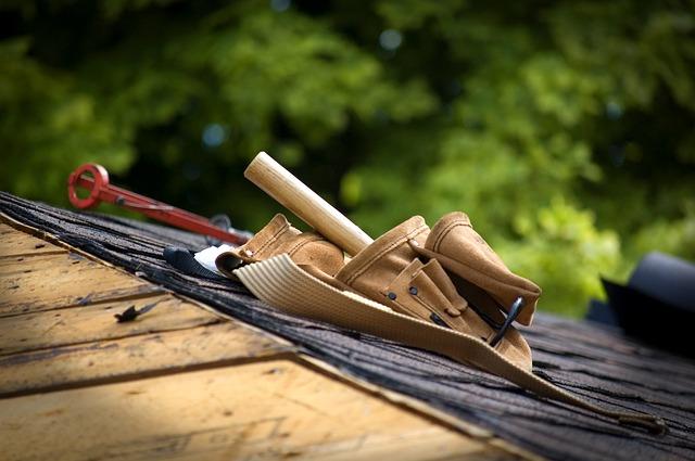 Werkzeuggürtel auf einem Dach: das Geld für die Dachsanierung stammt von einem Modernisierungskredit