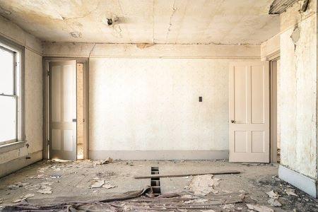 Baufälliges Zimmer, das unbedingt renoviert werden muss: Für teurere Renovierungsarbeiten ist oft ein günstiger Renovierungskredit notwendig