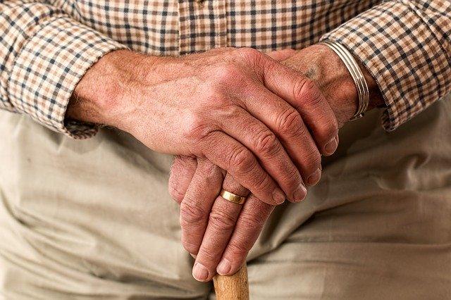 Alter Mann mit Gehstock, der sich fragt, ob er einen Kredit für Rentner trotz negativer SCHUFA aufnehmen kann