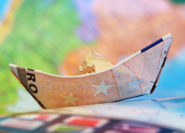 Schiff aus Euro-Banknoten: Wenn Sie 1500 Euro benötigen, haben Sie viele Möglichkeiten, einen 1500 Euro Kredit aufzunehmen!