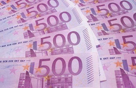 Mehrere 500-Euro-Banknoten: Vergleichen Sie noch heute verschiedene Angebote, wenn Sie einen günstigen 15000 Euro Kredit benötigen!
