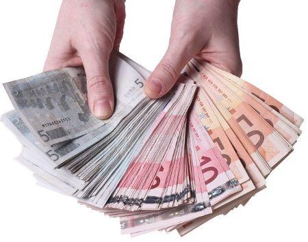 Hände und 2000 Euro in bar: Wer einen 2000 Euro Kredit benötigt, hat viele gute Möglichkeiten der Kreditaufnahme!