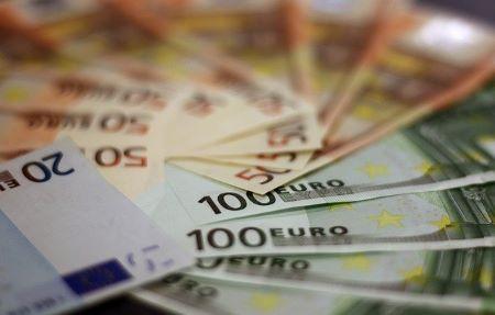 Euro-Banknoten auf einem Tisch: Wer einen 2500 Euro Kredit benötigt, hat heutzutage die Qual der Wahl, denn viele Banken vergeben Kleinkredite ab 2500 Euro.