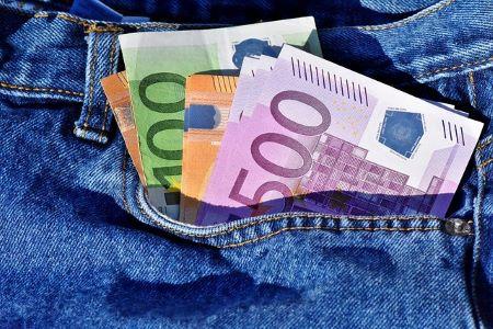 Euroscheine, die aus der Tasche einer blauen Jeans schauen: Endlich wieder liquide dank 3.000 Euro Kredit!