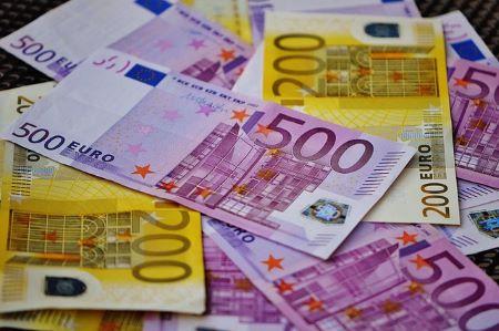 5.000 Euro auf einem Tisch: Wer einen Kredit iHv 5.000 Euro benötigt, kann sich heutzutage an viele verschiedene Banken und Kreditinstitute wenden!