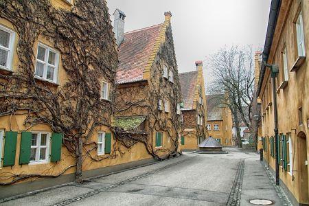 Häuser in der Stadt Augsburg: Wenn du einen Sofortkredit ohne SCHUFA benötigst, kannst du diesen in einem Leihhaus Augsburg erhalten!