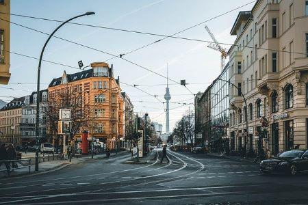 Bild von Berlin und dessen Architektur, im Hintergrund der Berliner Fernsehturm: Wenn Sie in Berlin ein Leihhaus aufsuchen möchten, haben Sie viel Auswahl!