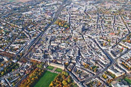 Bonn aus der Vogelperspektive: Solltest du in Bonn einen Sofortkredit ohne SCHUFA benötigen, kannst du es in einem Leihhaus Bonn probieren!