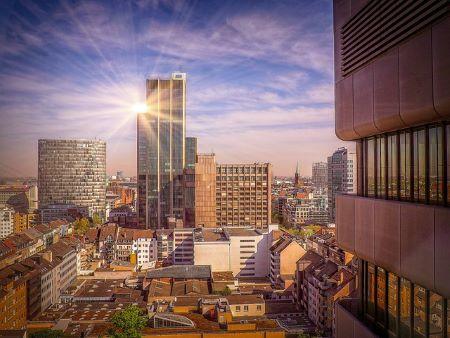 Bild von der Stadt Düsseldorf mit Sonne im Hintergrund: Wer in Düsseldorf schnell und SCHUFA-frei Geld benötigt, sollte sich überlegen, ein Leihhaus in Düsseldorf zu besuchen!