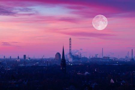 Die Stadt Duisburg bei Nacht im Mondlicht: Wenn Sie einen SCHUFA-freien Kredit in Duisburg benötigen, könnte es für Sie hilfreich sein, ein Leihhaus Duisburg zu besuchen!