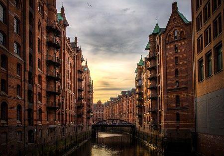 Bild von der Speicherstadt in Hamburg: Wenn Sie in Hamburg SCHUFA-frei Geld benötigen, können Sie sich auch mal in einem Leihhaus Hamburg blicken lassen!