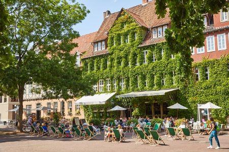 Haus in Hannover, dessen Fassade mit gründen Pflanzen bedeckt ist: Wenn du einen SCHUFA-freien Kredit in Hannover benötigst, macht es für dich Sinn, ein Leihhaus Hannover zu besuchen!