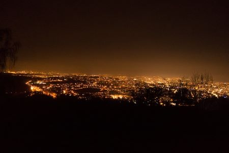 Stuttgart bei Nacht: Wenn Sie schnell und SCHUFA-frei Geld benötigen, können Sie ein Leihhaus in Stuttgart besuchen.