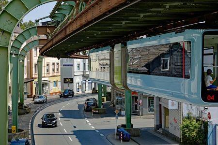 Die bekannte Schwebebahn in Wuppertal: Wenn du einen Sofortkredit ohne SCHUFA benötigen solltest, kannst du einen solchen in einem Leihhaus Wuppertal erhalten!