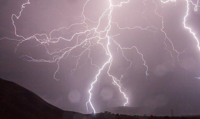 Blitze in einer Gewitternacht: Wer einen Blitzkredit wünscht, wünscht eine abrupte bzw. sofortige Auszahlung der beantragten Kreditsumme