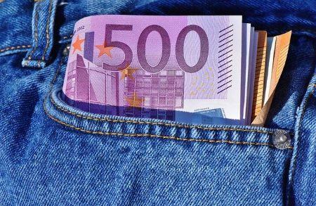 6500 Euro, die aus Tasche einer blauen Jeans herausschauen: Sie benötigen einen Kleinkredit? Nehmen Sie bequem von Zuhause aus einen fairen 6500 Euro Kredit auf!