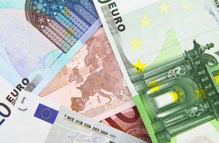 Verschiedene Euro-Banknoten auf einem Tisch: Sie benötigen 8000 Euro? Dann beantragen Sie noch heute einen günstigen 8000 Euro Kredit!