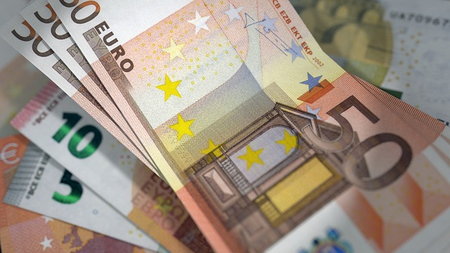 Euro-Geldscheine auf dem Tisch: Sie brauchen Geld? Beantragen Sie doch ganz bequem von Zuhause aus einen günstigen 8500 Euro Kredit!