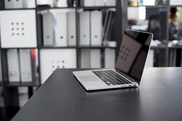 Macbook auf einem Schreibtisch: Wenn Sie einen Kredit mit Sofortauszahlung benötigen, dann können Sie noch heute den günstigen Barclaycard Kredit online beantragen!