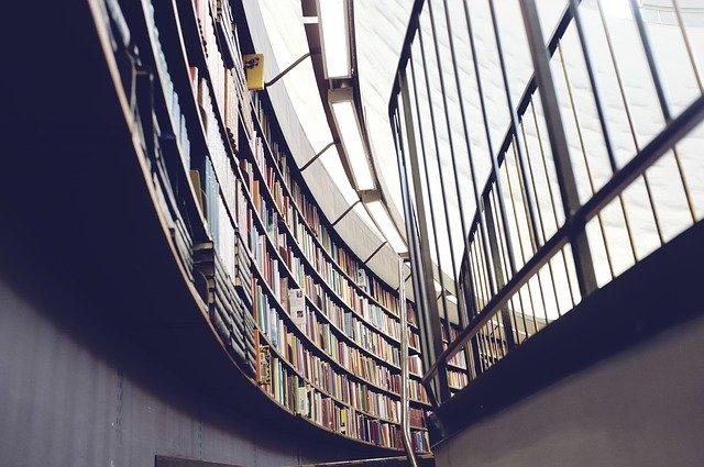Bibliothek mit Büchern: Wenn Sie Geld für Ihre Ausbildung oder Ihr Studium benötigen, sollten Sie sich die Möglichkeiten genauer ansehen, die im Zusammenhang mit dem Bildungskredit stehen!